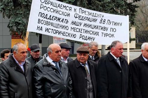 На площади Победы в Волгодонске прошёл митинг турков-месхетинцев с целью напомнить мировому сообществу о своём праве вернуться на историческую родину в Месхетию. 2015 г.