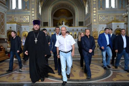 Президент РФ Владимир Путин и бывший премьер-министр Италии Сильвио Берлускони во время посещения Свято-Владимирского собора в Херсонесе. 2015 г.