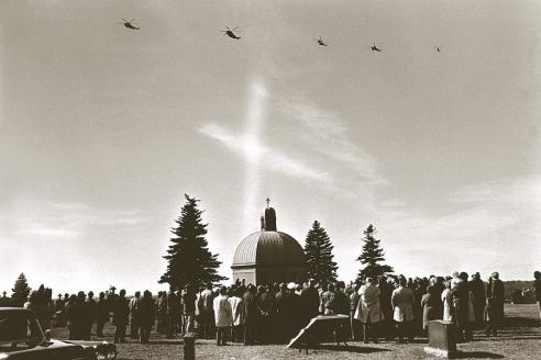 Вертолёты Сикорского оказывают последнюю почесть их создателю