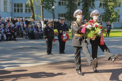 Цветы к памятнику возлагают Юрий Александров и Майкл Метьюз. 3 сентября 2016 г.