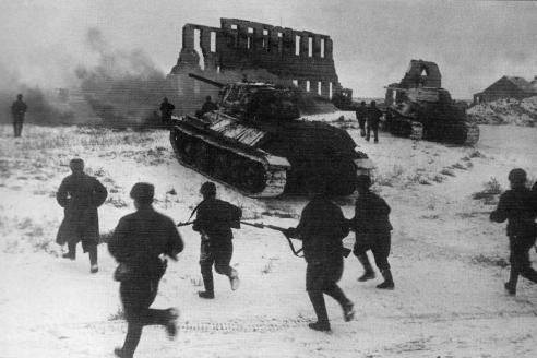 Советские солдаты атакуют при поддержке танков Т‑34 в районе г. Калач. Ноябрь 1942 г.