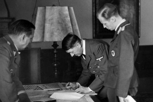 А. Гитлер подписывает документ о начале войны с Польшей. 1939 г.