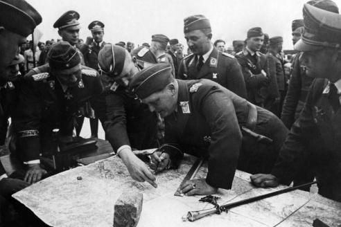 Рейхсмаршал Г. Геринг смотрит на карту во время вторжения в Польшу в окружении офицеров люфтваффе. 1939 г.