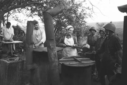 Выдача горячей пищи на советской полевой кухне. 1942 г.