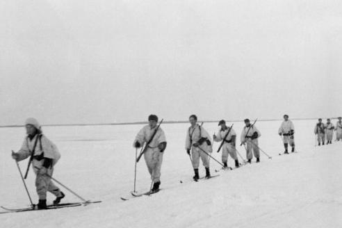 Подразделение финских лыжников двигается по льду замёрзшего озера. 1940 г.