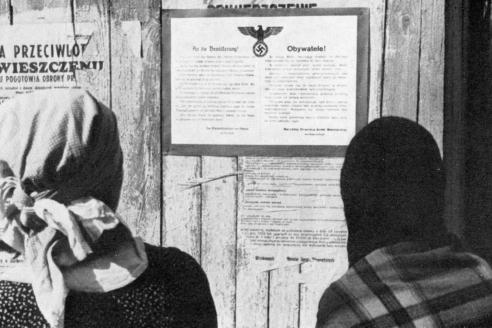 Две жительницы Польши читают немецкое объявление. 1939 г.