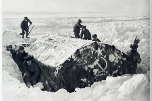Участники экспедиции по эвакуации станции СП откапывают от снега жилую палатку. Гренландское море. 1938 г.