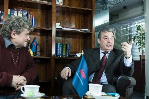 Секретарь Союза журналистов Москвы Виктор Черёмухин с членом редколлегии МР Игорем Шумейко