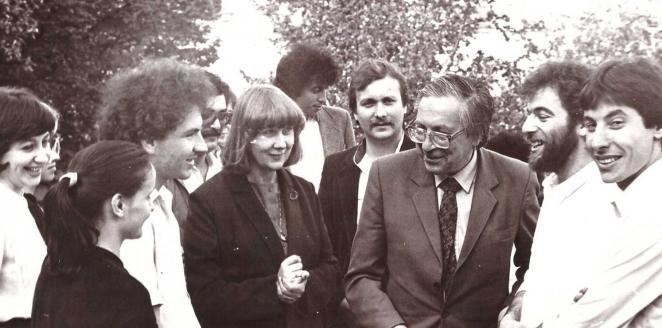 Я.Н. Засурский и Е.А. Привалова с иностранными студентами