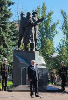 Губернатор Санкт-Петербурга Георгий Полтавченко около памятника морякам Полярных конвоев