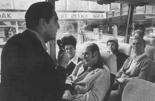 Пионер туристического бизнеса в Лихтенштейне, рассказывает путешественникам из Америки историю княжества. 1950-е