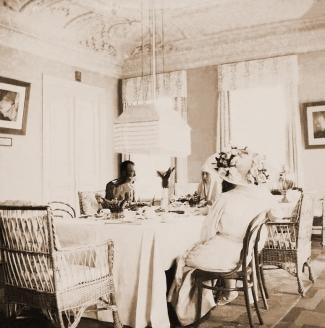 Николай II  и императрица Александра Фёдоровна во время  посещения великой  княгини Елизаветы Фёдоровна в Марфо-Мариинской обители в Москве.1914 г.