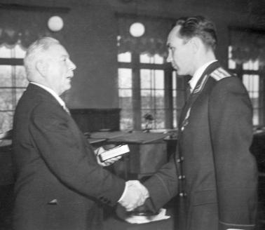 К.Е. Ворошилов вручает Г. Мосолову орден Ленина в ОКБ «МиГ». 1957 г.